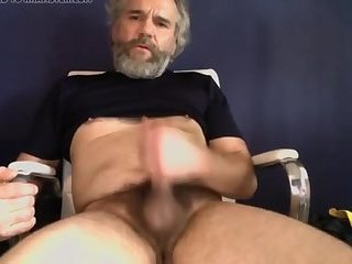Amateur,Masturbation,Solo,Mature,beard,grandpa,gay Mature hunk gives his cock a tugging
