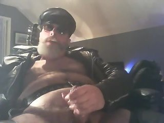 Amateur,Masturbation,Solo,Bears,Fat,Fetish,leather,biker,gay Chunky leather daddy enjoys a cigar while he wanks
