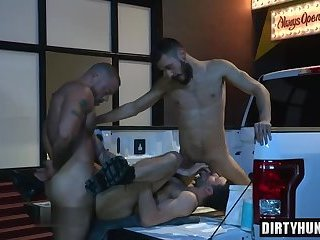 Anal,Hunks,Threesome,bear,facial,group sex,fuck,muscle,gay Muscle bear threesome with facial cum